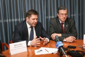 Министр энергетики Сергей Шматко (на фото - слева) пообещал подготовить список мер поддержки угольной отрасли в январе. Фото Вадима Голубина