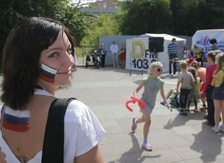 В День российского флага жители Новосибирска пытались установить рекорд страны, построив «живой» триколор.