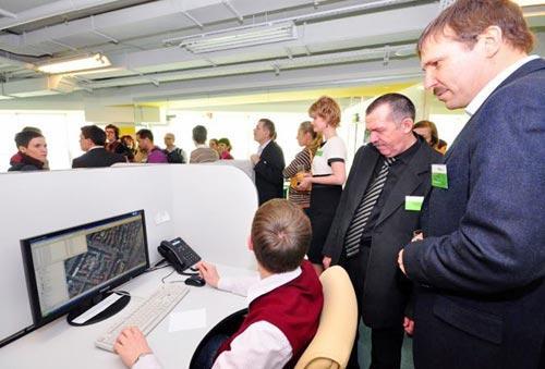 Сайт 2ГИСа эксперты и участники рынка посчитали лучшим корпоративным сайтом 2011 года в Сибири. На фото справа - генеральный директор 2ГИС Александр Сысоев.