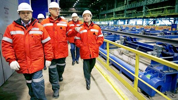 Дмитрий Медведев посетил Западно-Сибирский металлургический комбинат в Новокузнецке. Фото пресс-службы правительства РФ