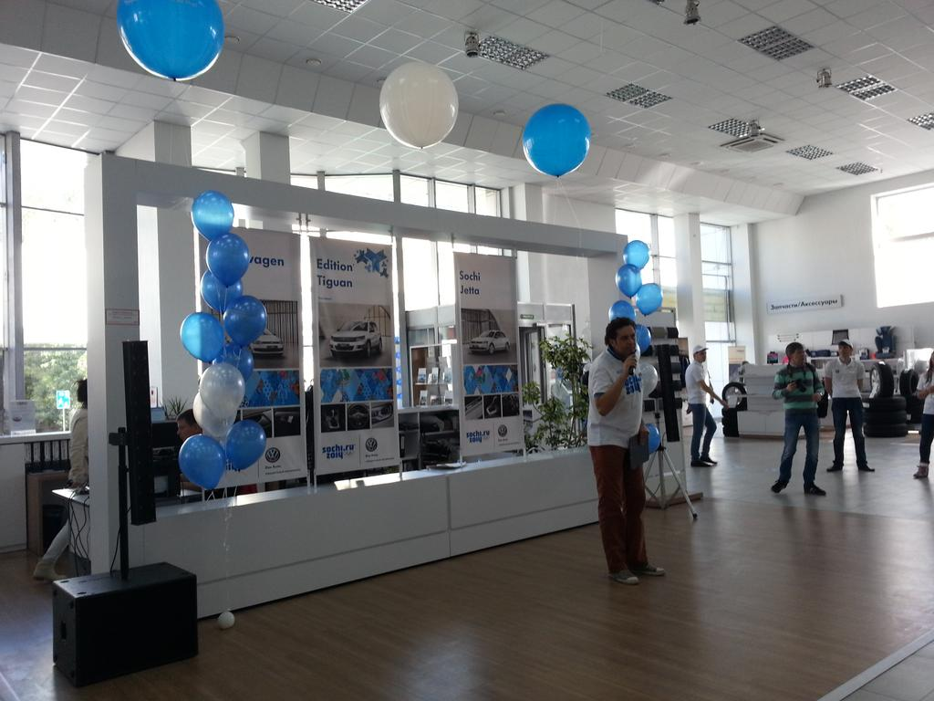 Дилерский центр Volkswagen в Новосибирске на время стал главной спортивной автомобильной площадкой.