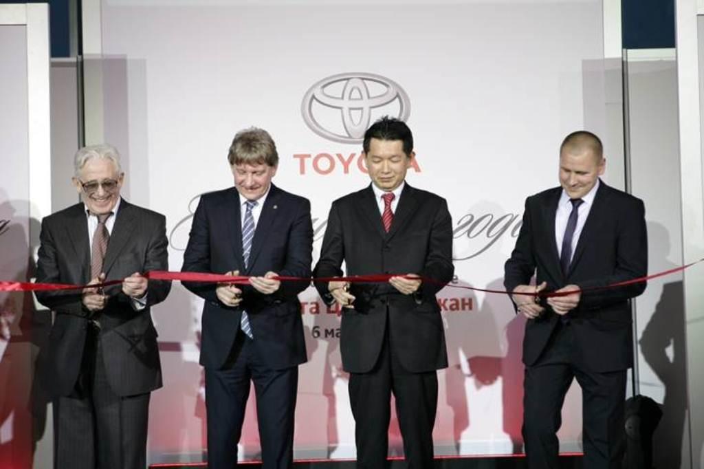 Александр Кангун (второй слева) как минимум еще два раза перережет ленточку дилерского центра Toyota: его компания запустит салоны в Иркутске и Красноярске