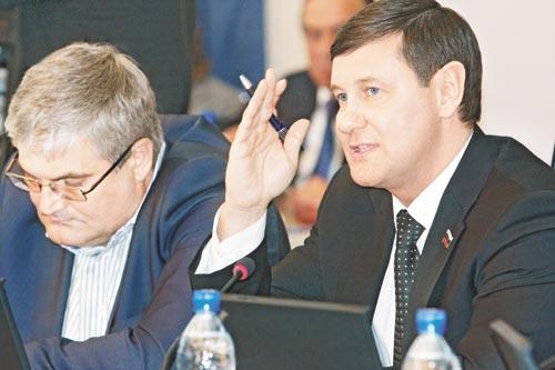 В Новосибирском горсовете обострилась борьба неформальных депутатских групп за влияние на важнейшие решения, в том числе бюджетные. На фото слева направо — Вячеслав Илюхин и Игорь Салов, входящие в одну из них