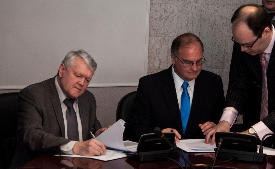 Председатель Сибирского отделения РАН академик Александр Асеев и вице-президент группы программных продуктов и сервисов корпорации Intel Уильям Сэвидж подписали соглашение о сотрудничестве.