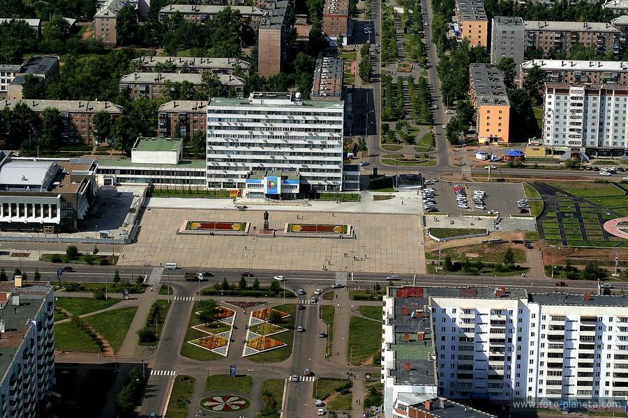 На фотографии: здание администрации города Братска