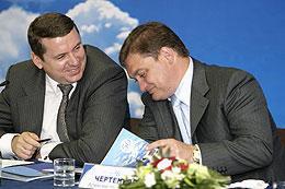 Александр Бородин (слева) сменил на посту главы Толмачево Алексея Чертенкова