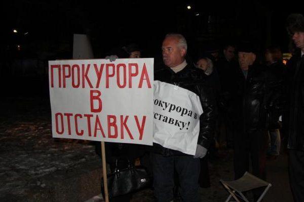 Мэр Ангарска Владимир Жуков с протестным плакатом. Фото: rg.ru