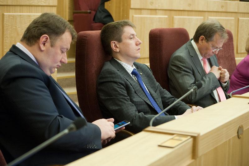 Роман Шилохвостов (на фото в центре)
