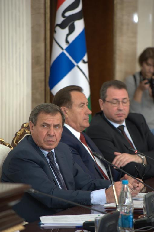 Владимир Городецкий (на фото слева) не доверяет деньги новосибирцев кому попало