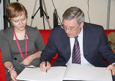 Анна Динельт (на фото слева)