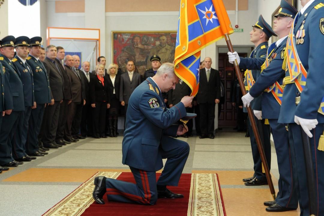 Анатолий Кузнецов попрощался со знаменем новосибирского подразделения МЧС