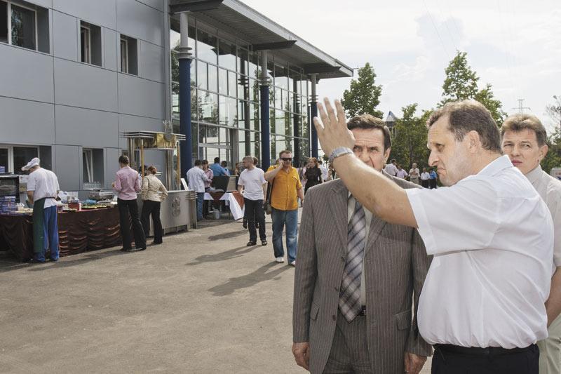 Председатель совета директоров ЗАО «СТС-Автомобили» Андрей Бец (на фото справа) отдал Новокузнецк на откуп  кузбасскому «Картель Авто»