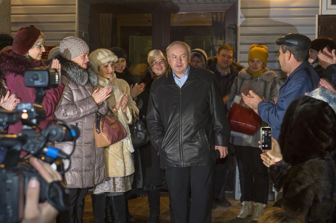Сотрудники «Мостовика» пытаются поддержать своего директора Олега Шишова.