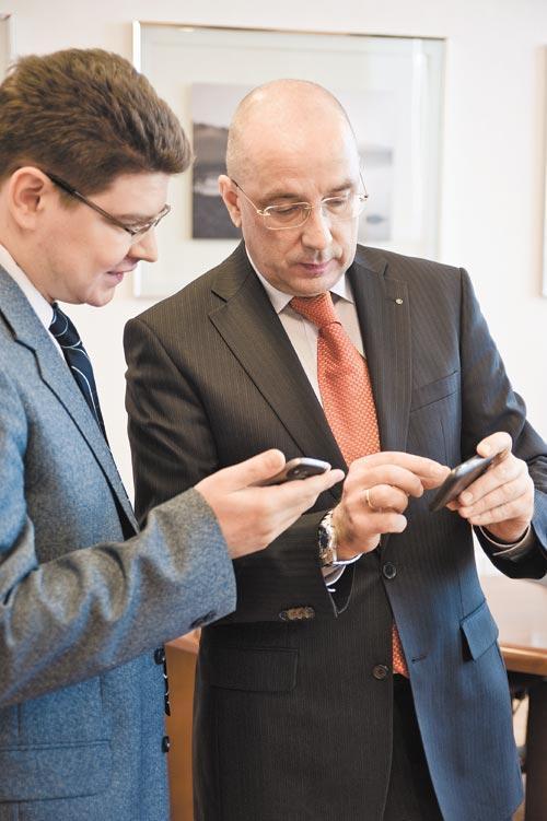 «МегаФон» продолжает осваивать с 4G города Сибири. На фото справа - глава сибирского филиала «МегаФон» Алексей Тютин.