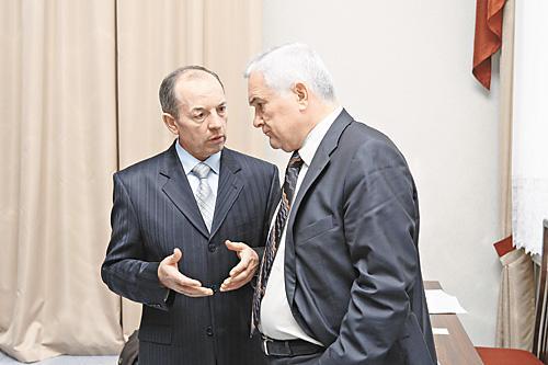 Много лет Петр Фризен (слева) был ключевым чиновником в команде бывшего мэра Барнаула Владимира Колганова (справа). Однако, по мнению наблюдателей, в момент смены власти Фризен вовремя сориентировался, что позволит ему сохранить свой пост
