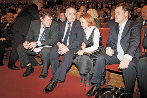 Несмотря на недовольство общественников, эксперты считают, что Николай Симонов (на фото второй слева) не потеряет свое место среди министров областного правительства