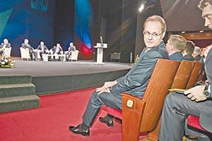 На собрании представителей трудовых коллективов и общественности Новосибирской области на сцене выступали эксперты, представляющие разные социально-экономические сферы, а руководители области занимали места в зрительном зале. На фото — губернатор Новосибирской области Василий Юрченко