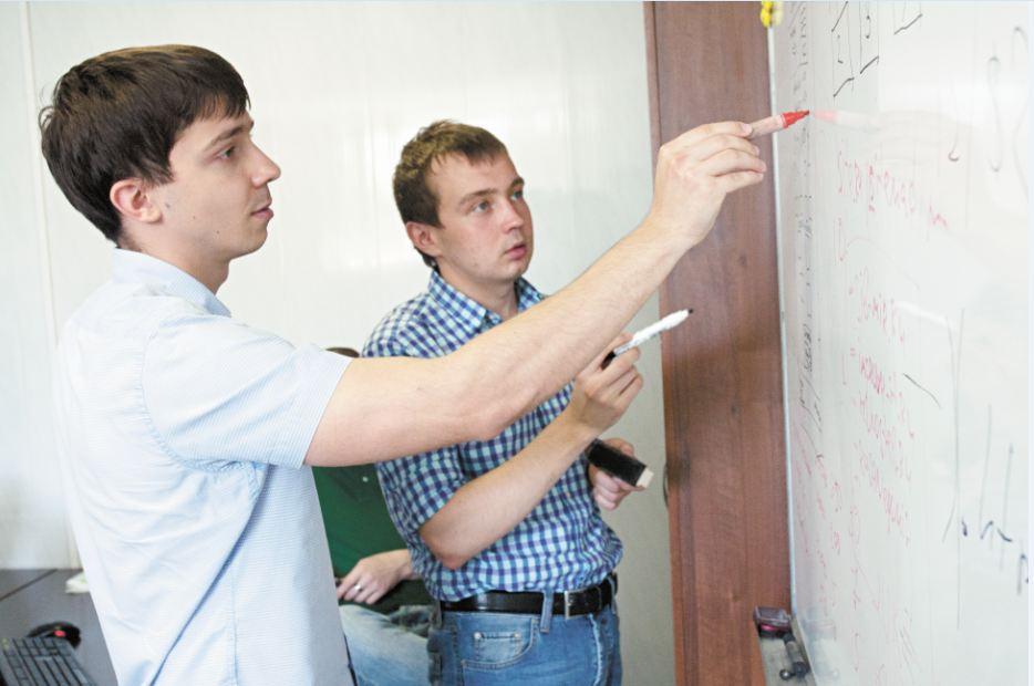 По словам директора компаний Rindoart и EAMedia Евгения Гришакова (на фото слева), создать интернет-магазин в рамках бюджета в 50 тысяч рублей значительно сложнее и дольше, чем корпоративный сайт, и при этом возникает куда больше моментов, которые требуют согласований