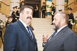 Угольный миллиардер Александр Щукин (на фото справа) будет спасать Новокузнецкий Муниципальный Банк.