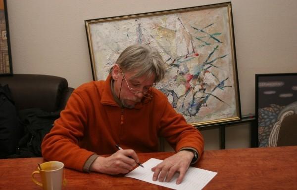 Накануне Нового года в кемеровском отделении Cоюза писателей России открылась выставка 11 художников под названием «Левый арт». «Левый» — не потому, что «неправильный», а потому, что все два с половиной десятка картин в экспозиции выполнены левой рукой.