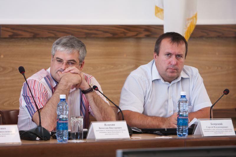 Несмотря на то что руководитель департамента строительства и архитектуры Сергей Боярский (на фото справа) занимает одну из наиболее значимых позиций в мэрии Новосибирска, председатель комиссии по градостроительству Новосибирского горсовета Вячеслав Илюхин (на фото слева) не хотел бы видеть себя на его месте