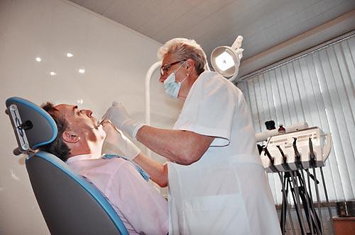 Услуги стоматолога - за счет предприятия (на фото врач-стоматолог Янушевич Е. Б)