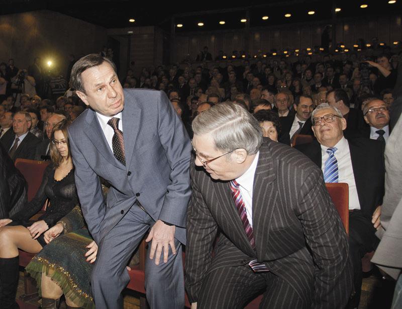 Врио губернатора Новосибирской области Владимиру Городецкому (слева) и врио главы Красноярского края Виктору Толоконскому (справа) осталось несколько дней до решающей судьбу их приставок даты — дня выборов