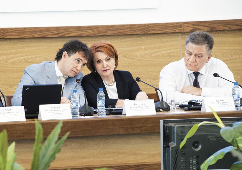 Юрий Зарубин (на фото справа) дистанцировался от кресла спикера, уступив место покинувшей горсовет Надежды Болтенко Дмитрию Асанцеву (на фото слева)