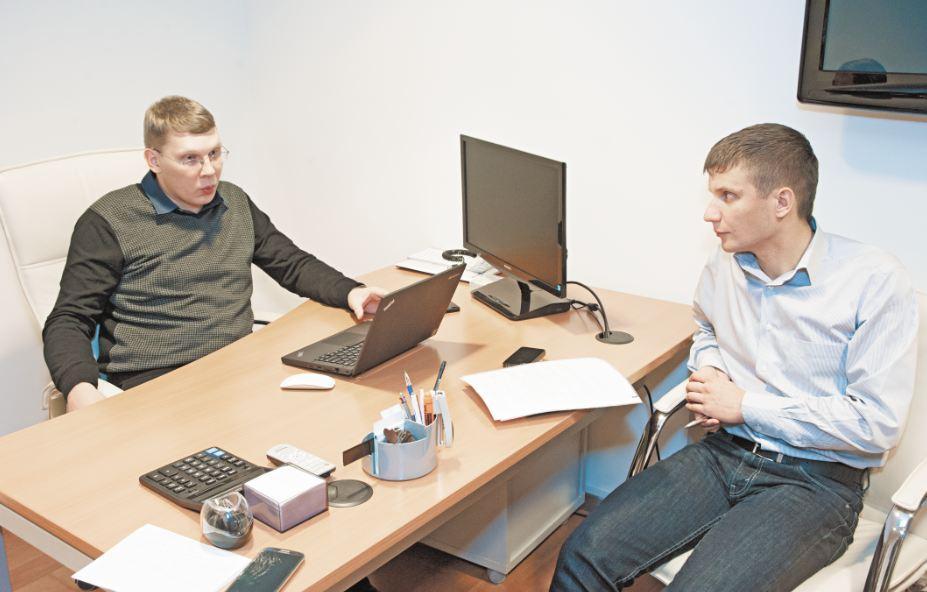 Директор департамента ИТ группы компании «СЛК-Моторс» Александр Беляев (слева) и заместитель коммерческого директора «Сибирских Сетей» Антон Павлушин