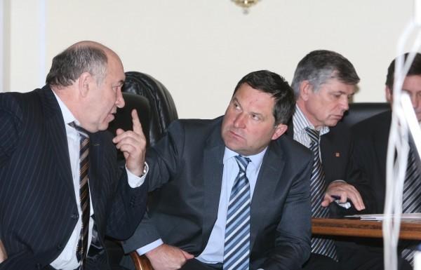На фото слева-направо: генеральный директор ОАО Новосибирский Муниципальный банк Владимир Женов, генеральный директор НЗХК Владимир Разин и директор завода «Сиблитмаш» Анатолий Масалов.