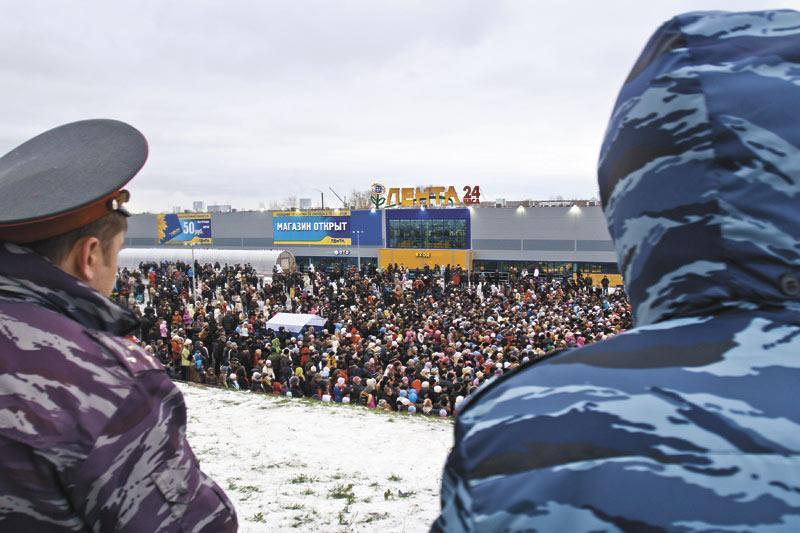 Крупный российский ритейлер — компания «Лента» — уже в судебном порядке будет вынужден доказывать правомерность возведения своего седьмого магазина на Бердском шоссе. На фото — действующий гипермаркет на улице Большевистской