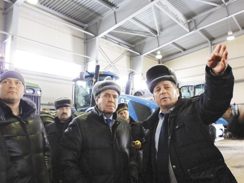 Правительство Новосибирской области заявляет о необходимости поддержки местных производителей сельхозпродукции, но «Русское поле» доказывает, что крупные хозяйства могут обходиться сами. На фото: губернатор Владимир Городецкий (в центре) и инвестор «Русского поля» Владимир Конозаков (справа)