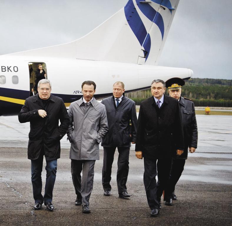 Виктор Толоконский (крайний слева) со своей новой командой. Самый успешный новосибирец 2014 года стал красноярцем, а начатая им волна перемен придала другие очертания политландшафту в двух сибирских субъектах РФ. Политические итоги года в Новосибирске — в материале «Всё по-новому»
