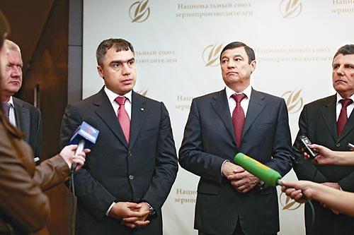 Павел Скурихин (слева), Шамиль Вахитов (в центре) и Виктор Гергерт надеются, что большой урожай не станет новой угрозой для экономического положения зернопроизводителей