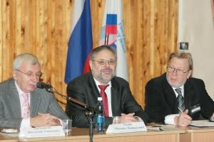 Декан факультета телевидения МГУ Виталия Третьякова (слева)