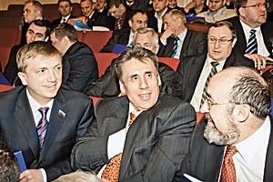 Депутат облсовета «единоросс» Леонид Сидоренко (на фото в центре) отрицает причастность к выдвижению своего сына Ивана Сидоренко против кандидата от мэра Новосибирска «единоросса» Анатолия Соболева