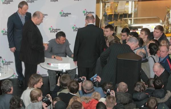 В субботу, 31 января 2009 года, в торговом центре «Ройял Парк» (Новосибирск) состоялась пресс-конференция президента Новосибирской областной федерации каратэ-до, основателя и почетного президента спортивно-профессионального клуба «УСПЕХ» Вениамина Пака совместно с легендарным боксером Костей Цзю. Встреча была посвящена 20-летнему юбилею клуба «УСПЕХ». Фото – МИХАИЛ ПЕРИКОВ.