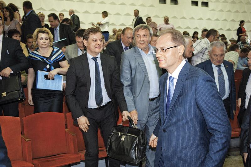 Почти через год вслед за утратившим доверие экс-губернатором Новосибирской области Василием Юрченко правительство покинул и назначенный им главой минстроя Денис Вершинин (на фото слева)