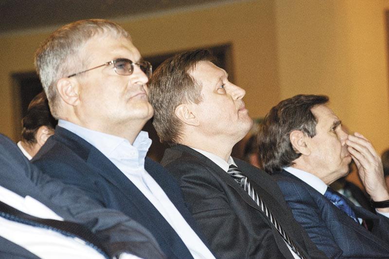 Мэр Новосибирска Анатолий Локоть (на фото в центре) и губернатор области