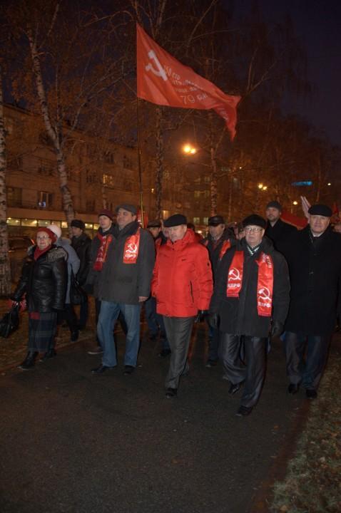 Мэр Новосибирска коммунист Анатолий Локоть (в красной куртке) на демонстрации 7 ноября 2014 года.