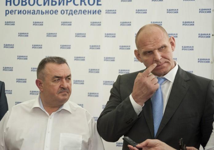 Секретарь регионального отделения партии «ЕР» в ЗС Валерий Ильенко (на фото слева) может сменить представляемый им округ.