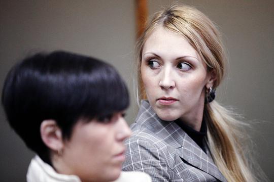 Анна Шавенкова (справа) в результате отсрочки наказания и последующей амнистии не понесла никакого наказания за гибель одной девушки и инвалидность другой. Фото: newsbabr.com