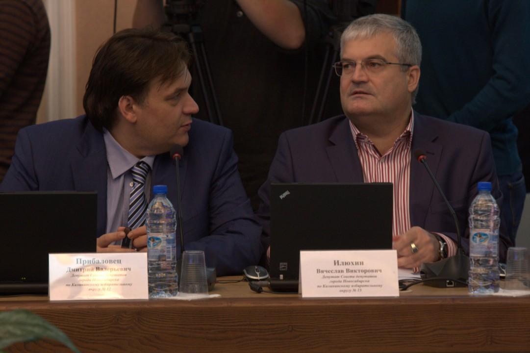 Решение выйти из фракции Дмитрий Прибаловец (слева) объяснял нежеланием участвовать в праймериз