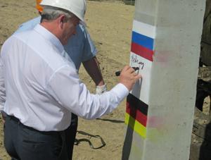 Министр строительства и ЖКХ Омской области Станислав Гребенщиков оставил памятный автограф на первой