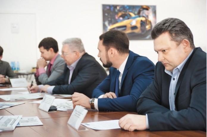 """Сворачивание в России Opel и Chevrolet не стало ударом для их сибирских дилеров, однако стало тем рубежом, после которого очевидна острая необходимость поиска новых направлений бизнеса. На фото справа - директор по развитию """"Сибтрансавто-Новосибирск"""" (официальный дилер General Motors в Новосибирске) Андрей Назаренко."""