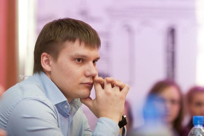 По мнению директора коммуникационного агентства «АГТ-Сибирь» Егора Егошина, упрощенно, пиарщик в штате необходим для решения постоянных задач, а агентство нанимают для решения специализированных задач