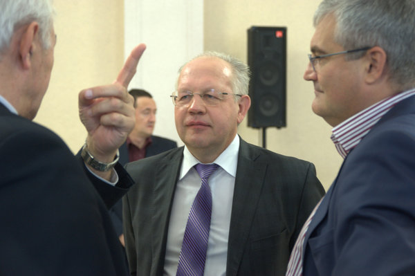 Если Илюхин (справа) собирается пройти в депутатский корпус не один, а во главе группы своих соратников, партийная поддержка нужна ему не меньше, чем он партии, которую в Новосибирске возглавляет Александр Люлько (в центре)
