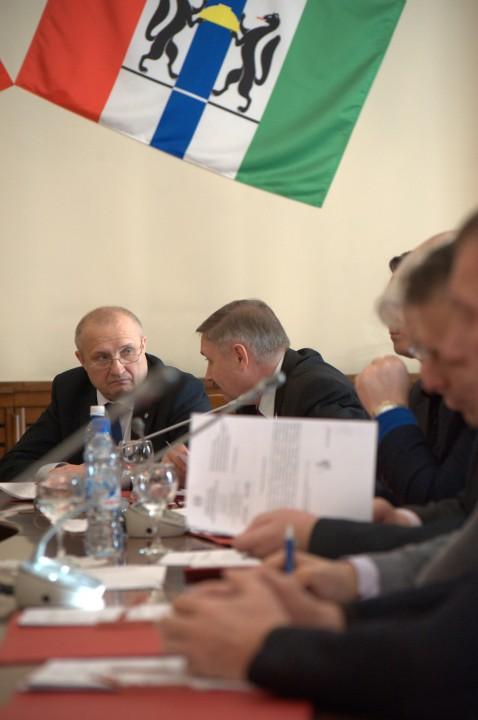 Николай Мамулат (слева) рассчитывает, что «Единая Россия» поддержит его в качестве кандидата-одномандатника на выборах в законодательное собрание Новосибирской области