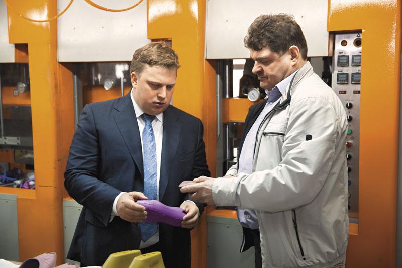 Директор группы компаний «Обувь России» Антон Титов (слева) и руководитель производства Александр Кулешов  на фабрике по производству полимерной обуви в Новосибирске