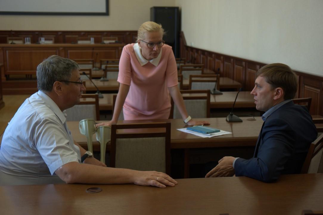 Анна Терешкова (в центре), подписавшая приказ о расторжении контракта с Андрейченко (слева) находится в подчинении Виктора Игнатова (справа)